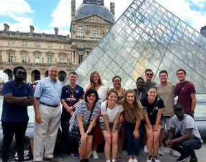 group photo of students and faulty on the Paris study tour